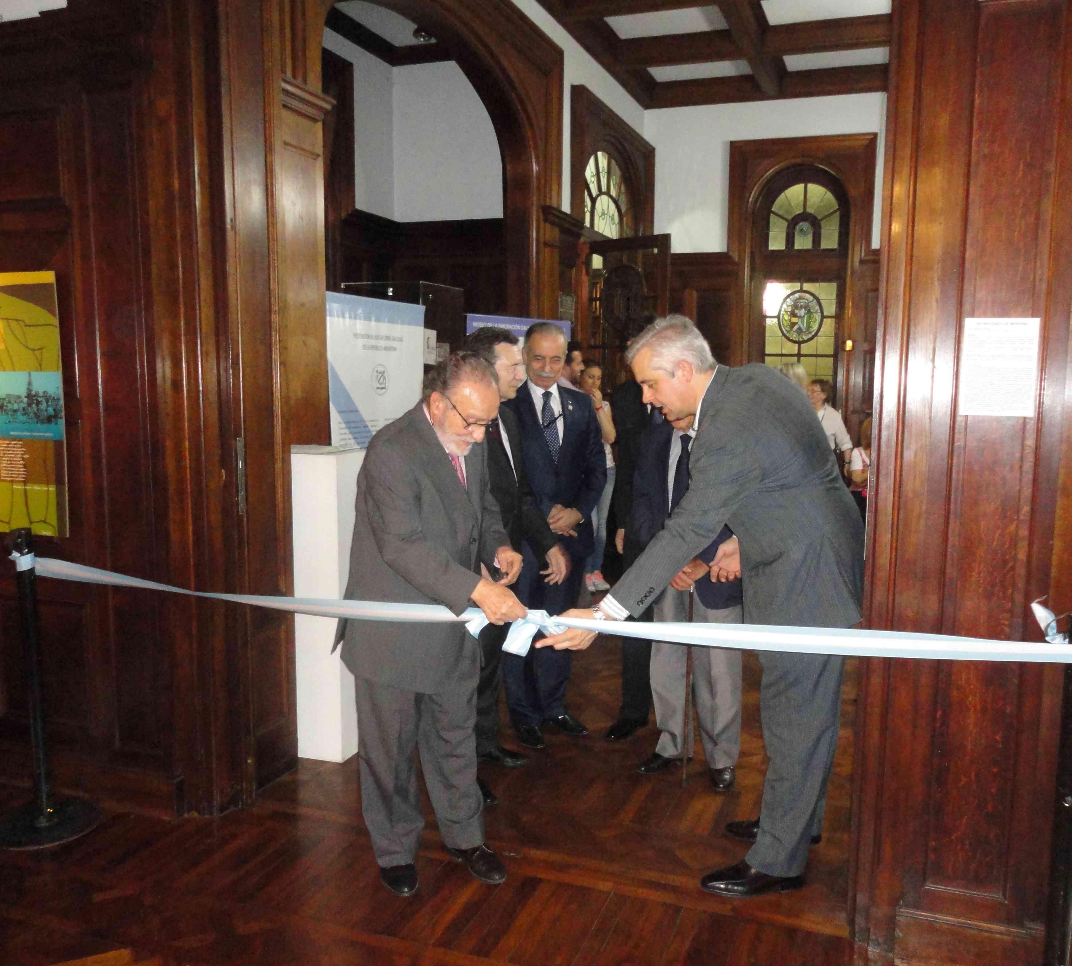 Lores Mascato y López Dobarro cortan la cinta inaugurando la muestra