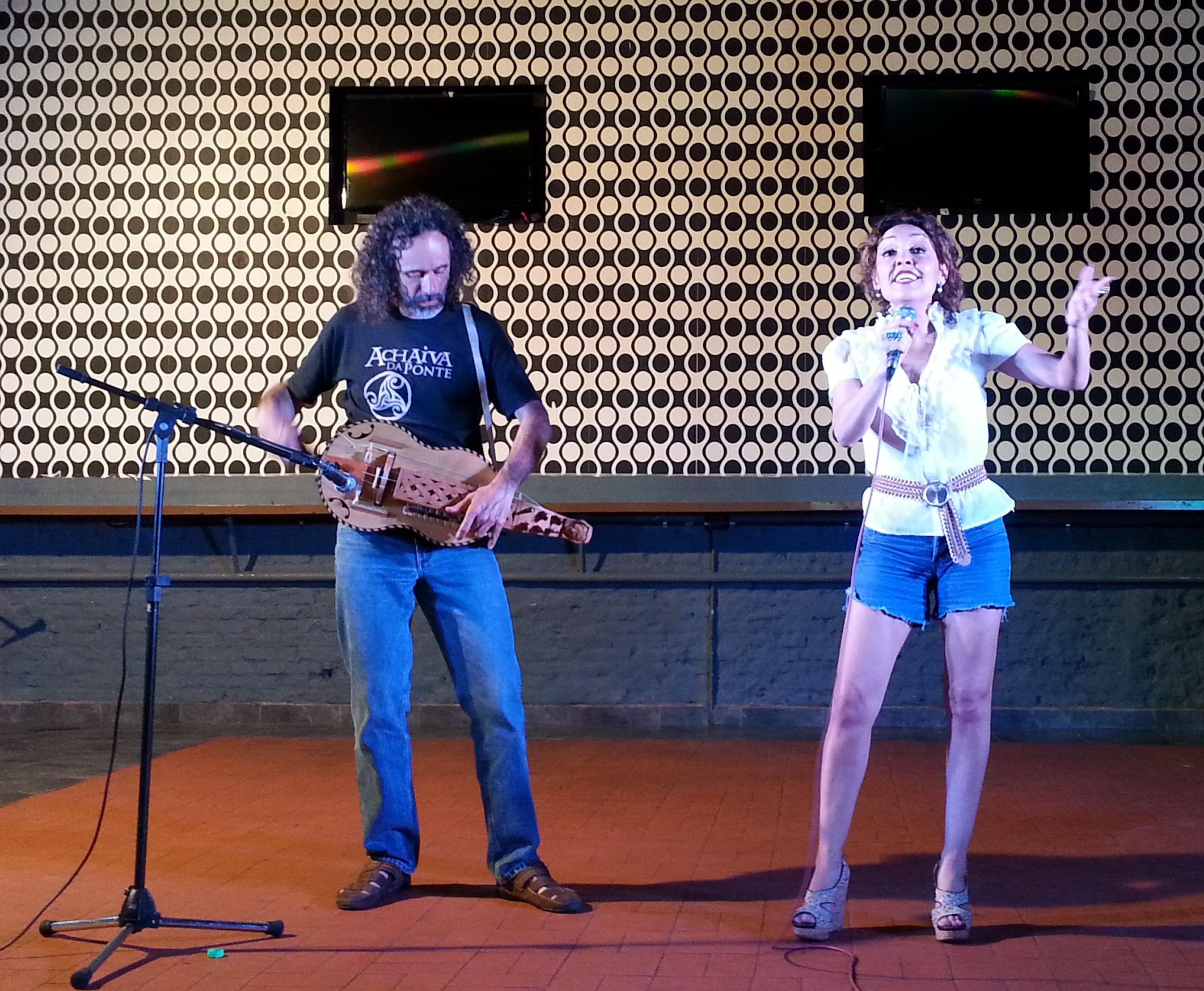 """Lorena Lores junto a Marcelo Ávalos (ejecutando una zanfona) interpretaron """"Alecrín"""""""