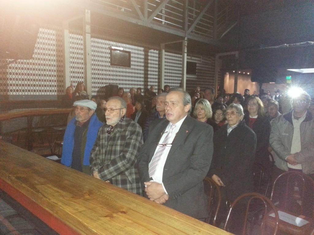 Momento emotivo: el público canta el Himno Gallego