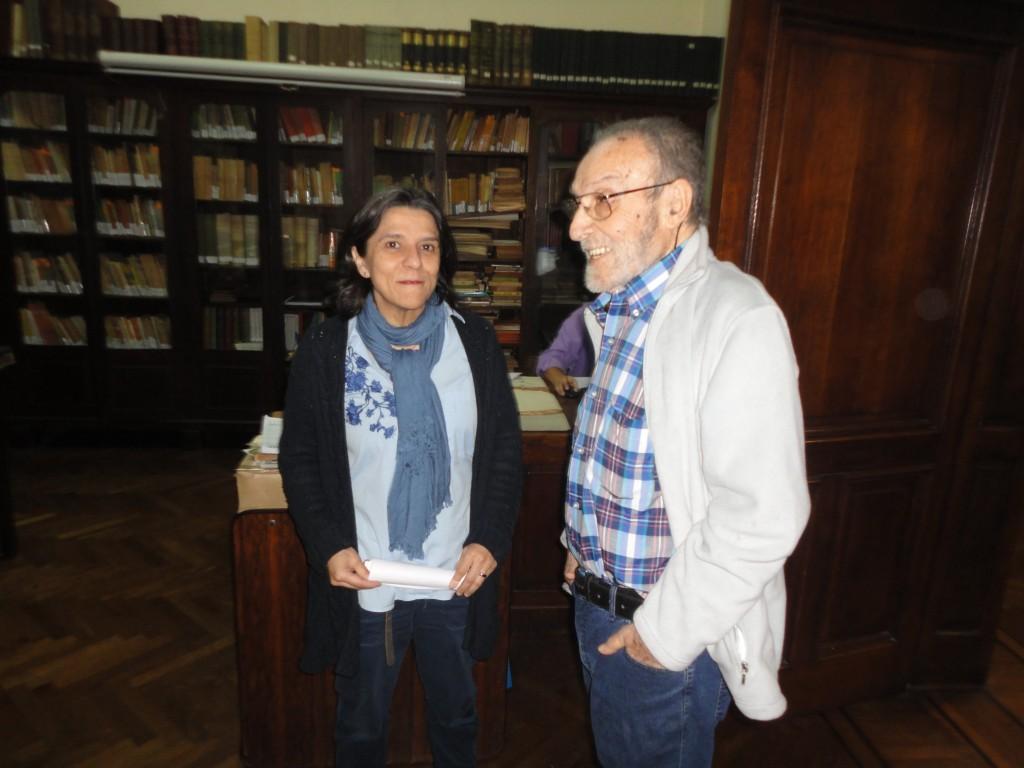 El presidente de la Federación de Sociedades Gallegas recibe a la doctora Merino al inicio de la charla