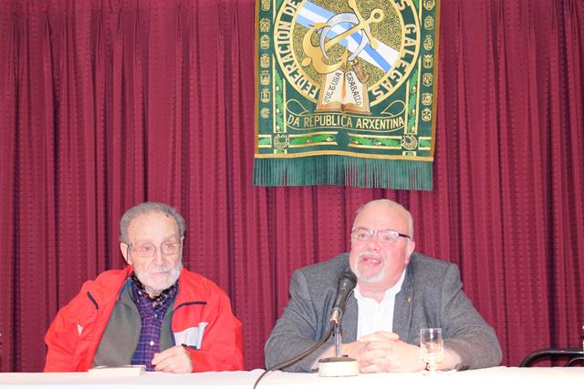 Presidente de la Federación de Asociaciones Gallegas de la República Argentina (izquierda), Francisco Lores, y el escritor Luis González Tosar (derecha).